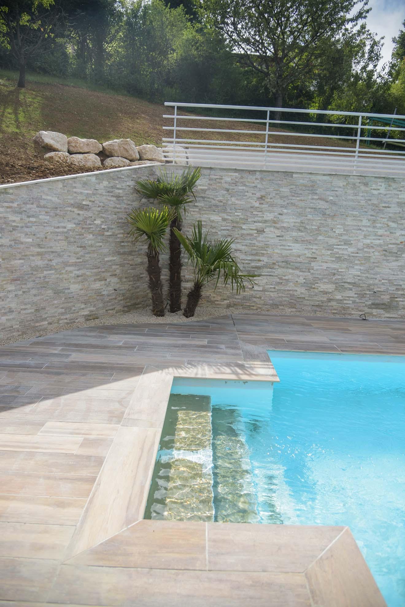piscine & Aménagement des accès et d'une plage de piscine sur un terrain en pente - BRIGNAIS